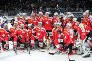 Hokejisti Švajčiarska pózujú po triumfe na Slovakia Cupe.