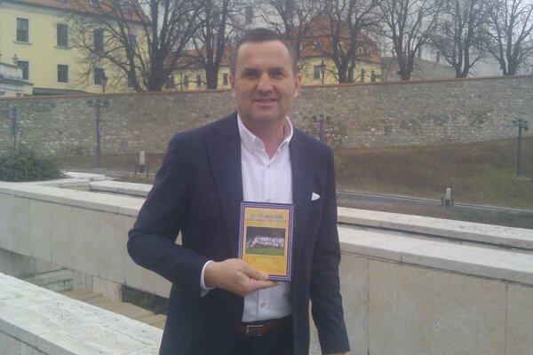 Dušan Tittel s futbalovým DVD zo Starej Haliče.
