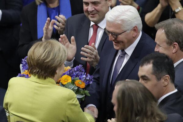 Nemecká kancelárka Angela Merkelová (vľavo) gratuluje novozvolenému nemeckému prezidentovi Frankovi-Walterovi Steinmeirovi po tom, čo ho zvolilo za prezidenta Spolkového zhromaždenie (Bundesversammlung).