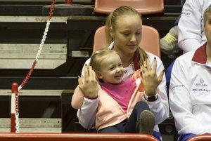Rebecca Šramková so svojou sestrou ešte počas zápasu Daniela Hantuchová  Sara Erraniová.