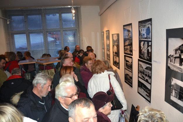 Výstava dávnych fotografií mesta. Na historické fotky mesta sa prišla pozrieť mladá istaršia generácia Rožňavčanov.
