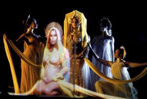 Beyoncé vystúpila na odovzdávaní Grammy napriek tehotenstvu. Oblečená v zlatej róbe predstavujúcej staroveké bohyne odspievala dve piesne z albumu Lemonade.