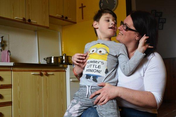 Malý Miško s mamkou. Má veľkú šancu na to, aby chodil po svojich.