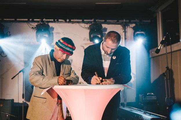 Podpis zmluvy medzi nitrianskou čokoládovňou a ekvádorskými Indiánmi.
