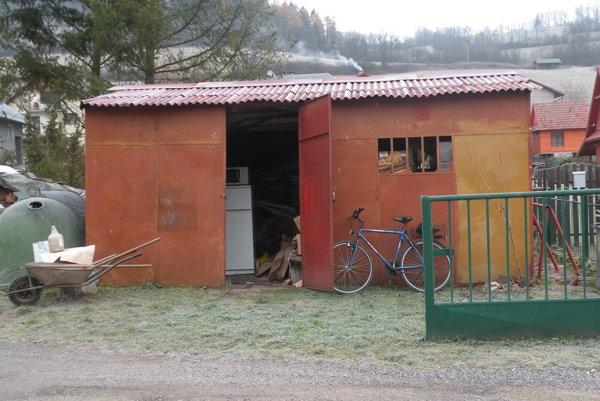Plechový objekt už obec odstránila. Drevený altánok musí počkať na teplejšie počasie.
