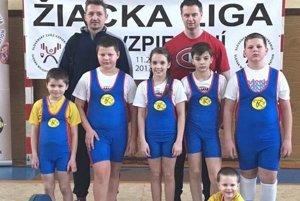 Zľava: Lukáš Zajvald, Matúš Kubík, Liliana Gočová, Michal Kačerík,Jakub Gazdík, vpredu najväčší fanúšik Tomáško Papík, vzadu tréneri Vladimír Vrábel aPeter Papík.