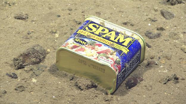 Potravinový obal, ktorý objavili skoro päťtisíc metrov pod hladinou.
