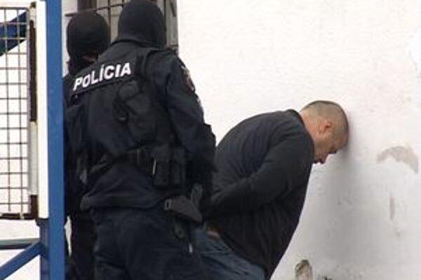 Útočník sa polícii vzdal dobrovoľne.