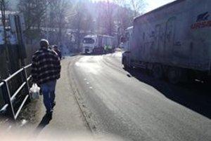 Zrážka kamiónov zablokovala dopravu.