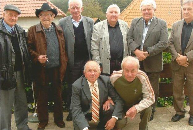 Miroslav Pius (v strede) so známymi a priateľmi počas Stretnutia rodákov v Nemčiňanoch.