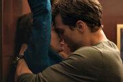 Dakota Johnson a Jamie Dornan vo filme Päťdesiat odtieňov sivej.