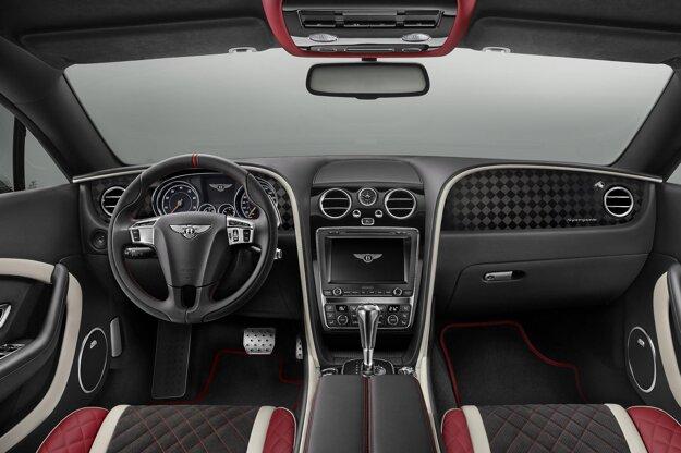 Exkluzívny, ale decentný trojfarebný interiér vozidla. Za volantom sú páčky na manuálne ovládanie osemstupňovej automatickej prevodovky ZF, prostredníctvom ktorej motor poháňa všetky štyri kolesá - pri dobrej adhézii sa na zadné kolesá dostáva 60 % hnacieho momentu.