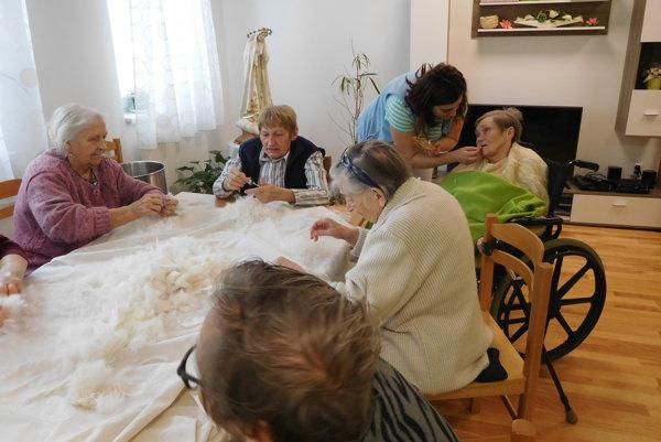 Seniori si zaspomínali pri driapaní peria.