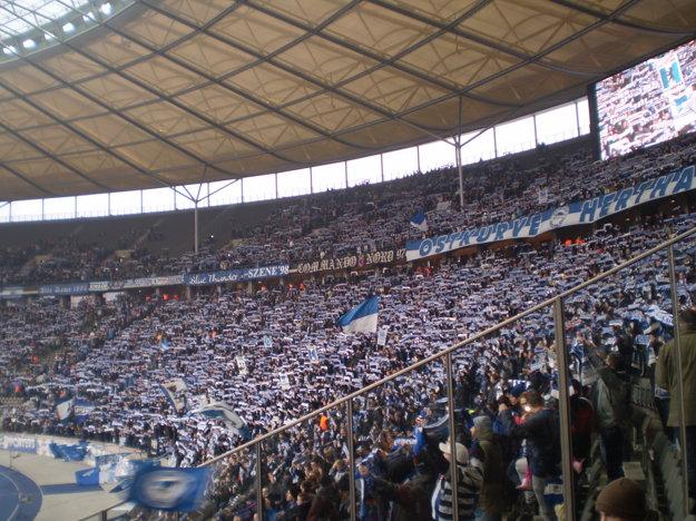 Pohľad do sektora skalných fanúšikov berlínskej Herty počas zápasu.