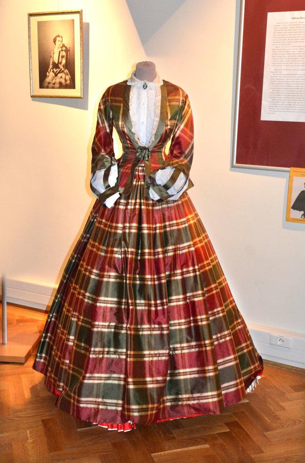 Mala cit pre módu. Kárované šaty nosievala Alžbeta ešte ako slobodné dievča, teda niekedy okolo roku 1850, skôr než sa do nej zaľúbil František Jozef I. a skôr, než si ju 23. apríla 1854 vzal za ženu.