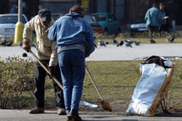 V obciach a mestách sa jarné upratovanie iba začína.