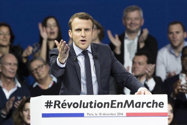 Emmanuel Macron, ktorý vedie v prieskumoch, chce legislatívu zmierniť.