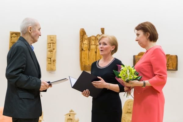 Ďakovný list si Tibor Lešš prevzal od riaditeľky KOS Daniely Gundovej.