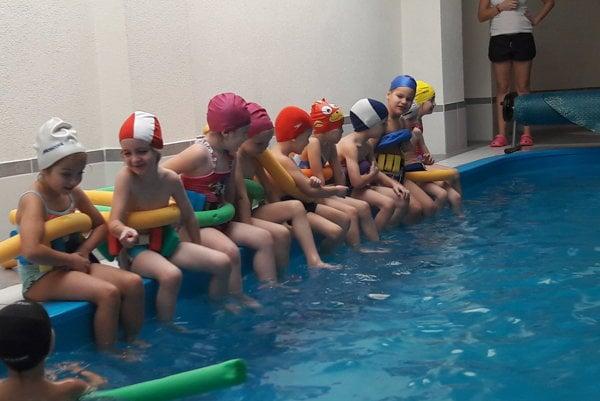 Škôlkari z Prievidze absolvujú plavecký výcvik v Bojniciach.