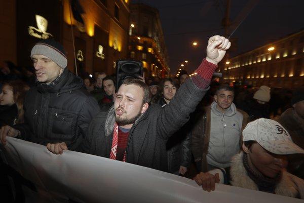 Ľudia protestujú v Bielorusku proti novému zákonu.