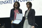 Silvia Maliariková (vpravo) prevzala ocenenie z rúk Ivany Magátovej z ministerstva dopravy a výstavby.