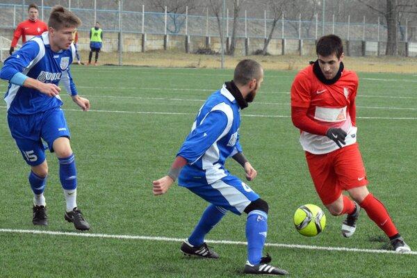 Vpravo v červenom Martin Mečiar, ktorý dvoma gólmi oslávil narodenie dcérky Tamary.