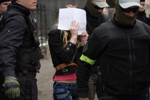 Na snímke Sheila Sz. prichádza na rozhodovanie o vzatí do väzby na Špecializovaný trestný súd v Banskej Bystrici.