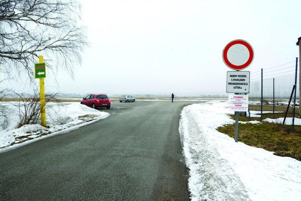 Cesta z Barce na Pereš. Patrí letisku, vedie okolo jeho terminálu. Vjazd je tam povolený teraz iba s povolením.