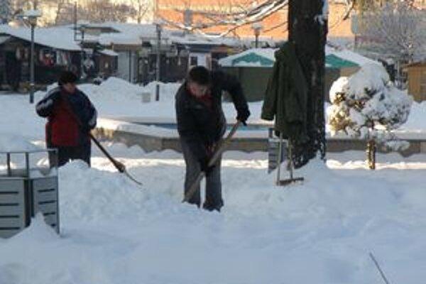 Sneh spôsobil problémy v mestách i obciach hornej Nitry problémy, dnes sa už topí.