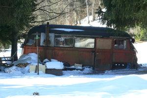 Starý autobus domácim vadí.