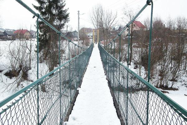 Prechádzať sa po hojdacom moste veru nie je jednoduché. Hojdá sa, či chcete, alebo nie.
