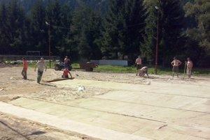 Aby mali kde trénovať. Chlapi počas brigády pri úprave podkladu pod umelú trávu.