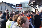 Stovky ľudí prechádzali cez priechod pre chodcov ana štvrť hodiny zablokovali dopravu.