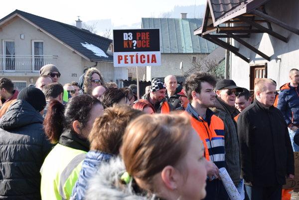Stovky ľudí prechádzali cez priechod pre chodcov v obci Povina.