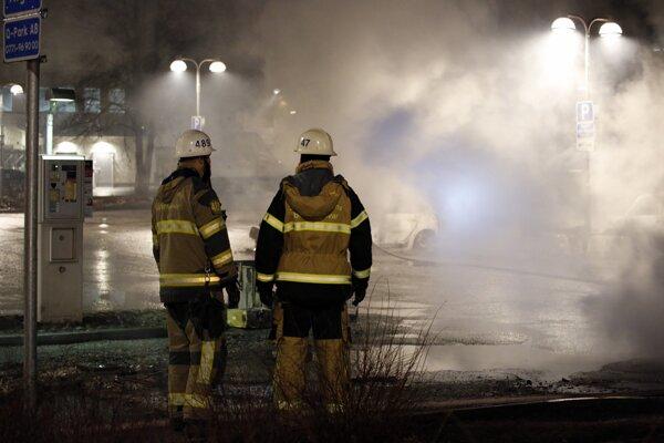 Hasiči zasahujúci na predmestí Štokholmu.