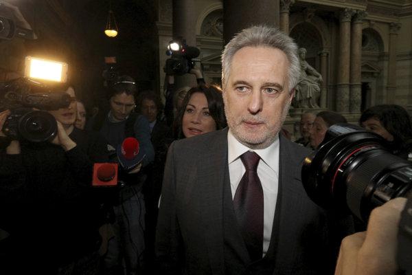 Ukrajinský veľkopodnikateľ Dmytro Firtaš prichádza na súdne pojednávanie vo Viedni 21. februára 2017.