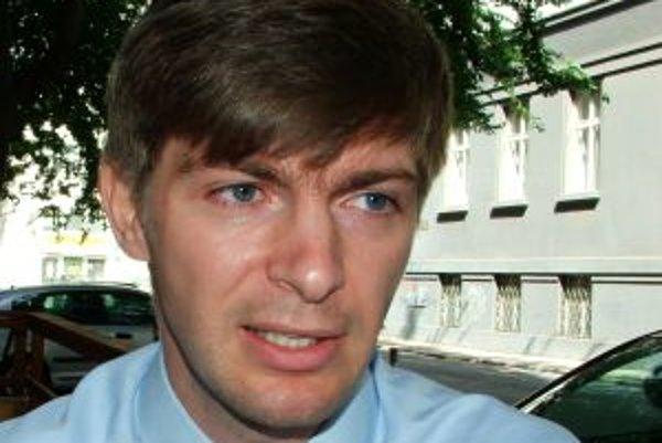Narodil sa v roku 1976 v Bratislave. Najskôr skončil trojročné vyššie odborné štúdium (bankovníctvo a poisťovníctvo), nedávno vyštudoval sociálnu prácu na Vysokej škole zdravotníctva a sociálnej práce sv. Alžbety v Bratislave. Jedenásť rokov pracuje ako m