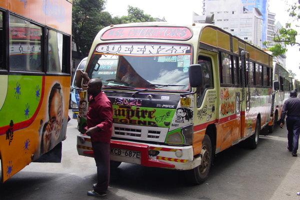 Autobusy v Nairobi sú často pestrofarebne pomaľované.