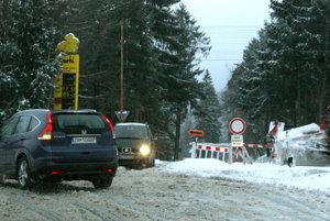 Premávka počas zimy poškodila cesty na obchádzke.