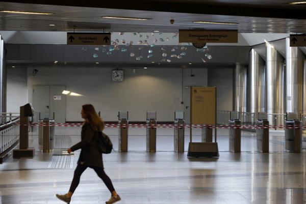 Uzavretá stanica metra v Aténach.