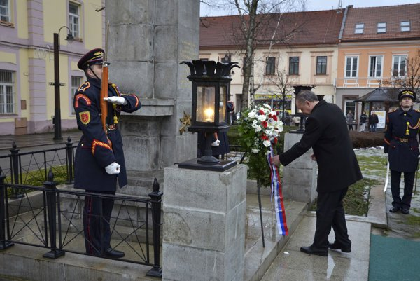 Prezident Andrej Kiska počas ceremoniálu kladenia vencov k Pomníku padlých vojakov Červenej armády v Liptovskom Mikuláši.