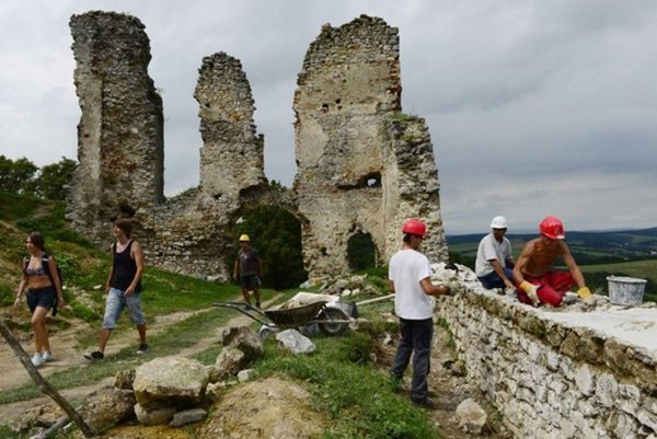 Úspešní žiadatelia osadia historické dvere na hrade Brekov.
