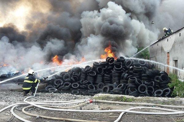 Požiar pneumatík v Beluši.