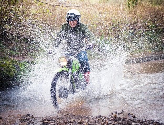 Motorku pri prejazde terénom je potrebné držať vo vyšších otáčkach. Predné veľké koleso zdolá aj tie náročnejšie prírodné prekážky.