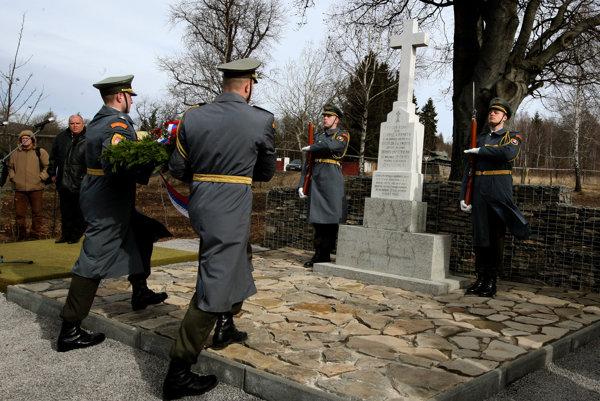 Pri pamätníku v Lešti.