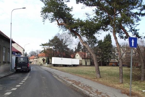 Maringotky na trávniku na Podzámskej ulici.