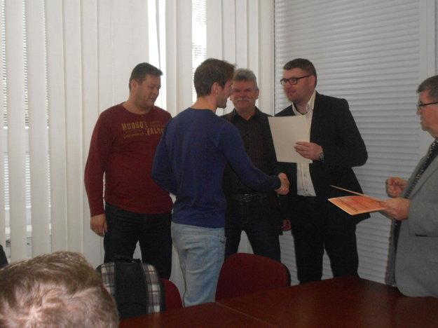 Diplom si z rúk sekretára ObFZ prebral i najlepší strelec ostatných troch ročníkov VI. ligy Marek Ševčík z Veľkej Hradnej.