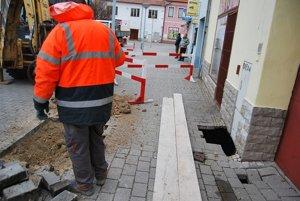 Prepadnutý chodník obkolesili bariéry.
