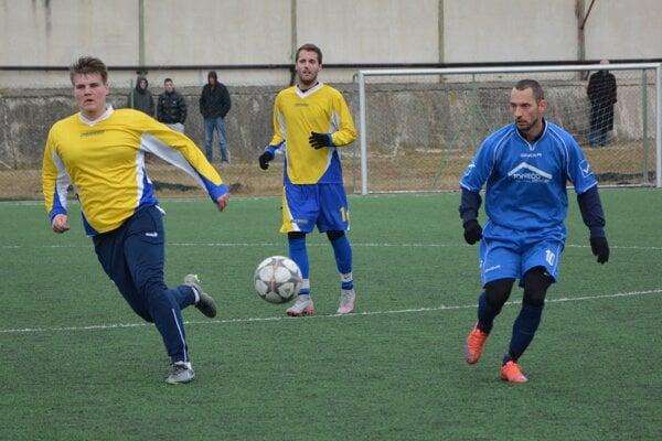 Tovarníky porazili Horné Obdokovce. Dva góly Tovarník strelil Adrián Candrák (v modrom).
