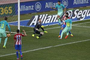 Lionel Messi (s číslom 10) strieľa gól do siete Atlética Madrid.